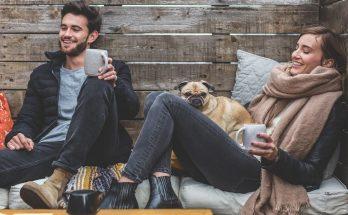 Mand og kvinde smiler
